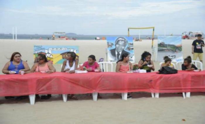 Moradores de comunidades participam de almoço pelo Dia das Mães nas areias da praia de Copacabana como forma protesto contra a insegurança nas comunidades onde vivem (foto: Tomaz Silva/Agência Brasil)