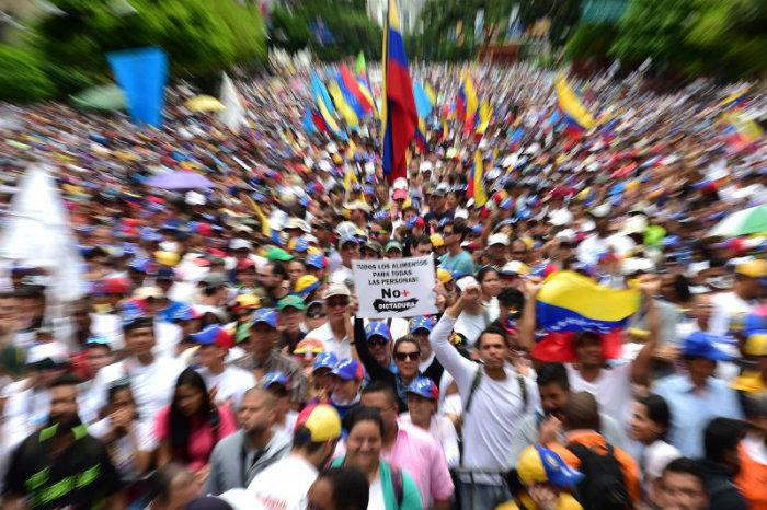 Quatro manifestantes morreram baleados nas últimas 24 horas em meio aos protestos contra o presidente venezuelano. Foto: RONALDO SCHEMIDT/AFP