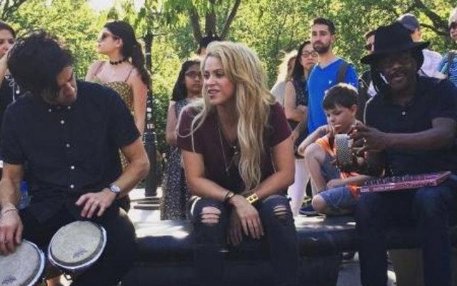 Cantora estava companhada apenas de apenas alguns músicos e anunciou a performance apenas momentos antes nas redes sociais. Foto: Twitter/Reprodução