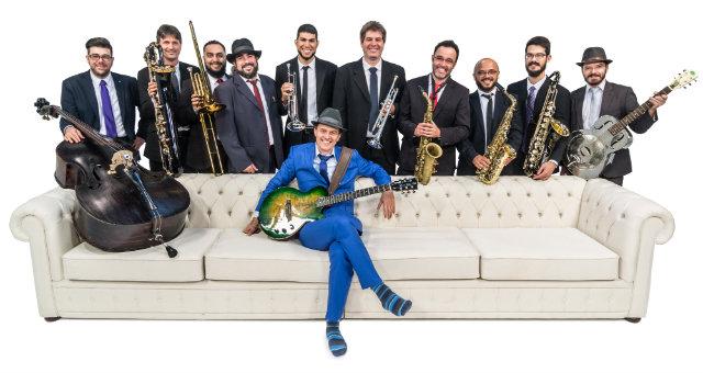 Formada por dez instrumentistas, a banda apresenta composições próprias caracterizadas pela fusão de vários estilos musicais. Foto: Vitor Damiani/Divulgação