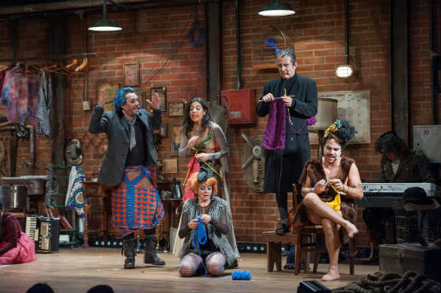 Alexandre Nero (de cabelo azul) e elenco na peça O grande sucesso. Crédito: Priscila Prade/Divulgação