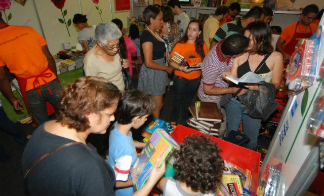 Evento ainda conta com feira de troca e venda de livros. Foto: Annaclarice Almeida/DP/D.A