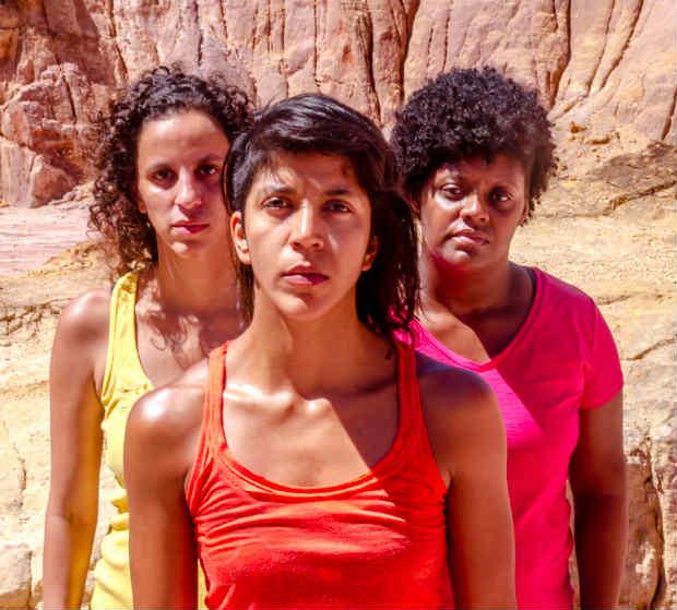 Iara Campos (centro), Juliana Montenegro (à esq.) e Andrea Rosa (à dir) compõem o elenco de 'Machuca'. Crédito: Bella Valle/Divulgação