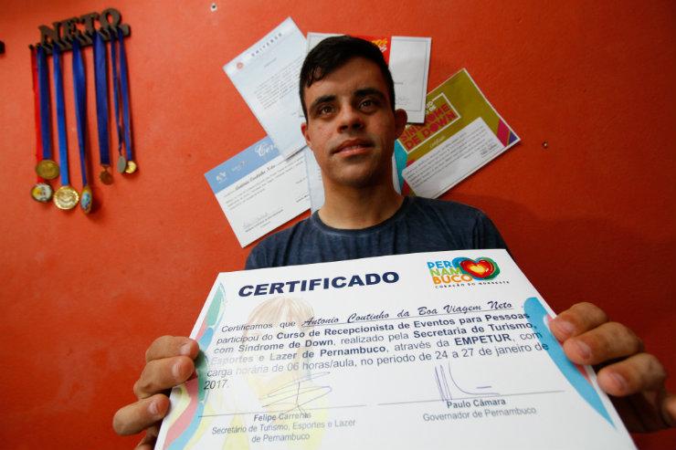 Antônio coleciona medalhas e certificados. Além de cerimonialista, trabalha no departamento de recursos humanos de engenharia e quer fazer curso de fotografia. Foto: Rafael Martins/DP