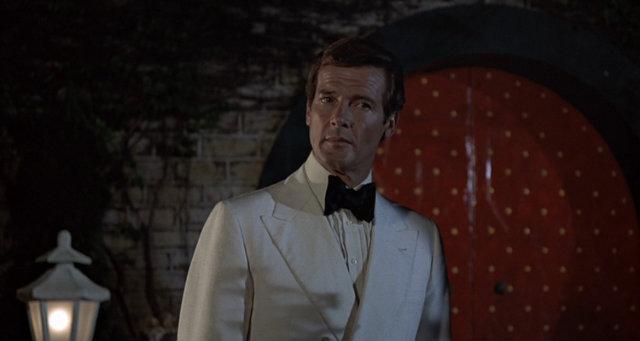 Roger Moore como James Bond, famoso espião inglês do cinema. Foto: YouTube/Reprodução
