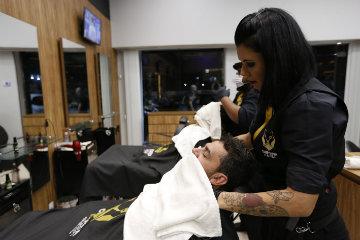 """""""Barba bem cuidada precisa, de fato, ser cuidada"""", ela recomenda aos clientes. Foto: Társio Alves/Divulgação"""