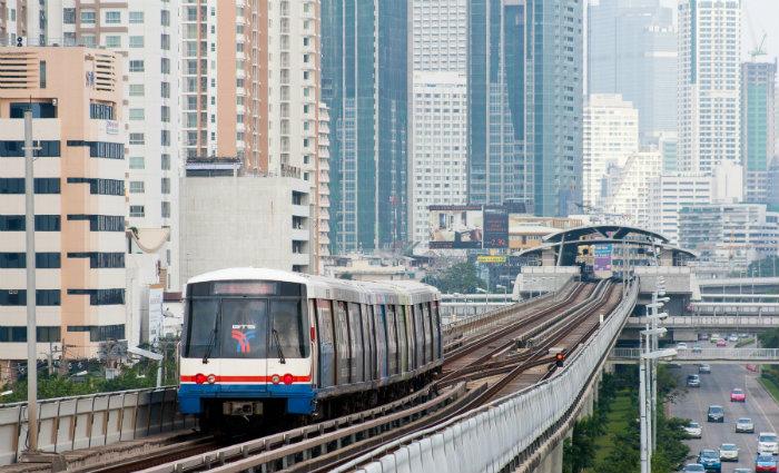 Trem aéreo (BTS) é uma maneira bacana de fazer um passeio panorâmico pelo distrito financeiro