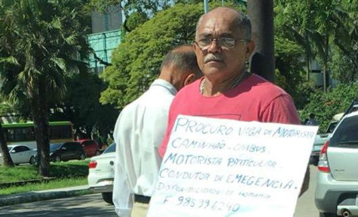 Desempregado pede trabalho com cartaz no meio da Agamenon Magalhães. Foto: Reprodução/ Facebook