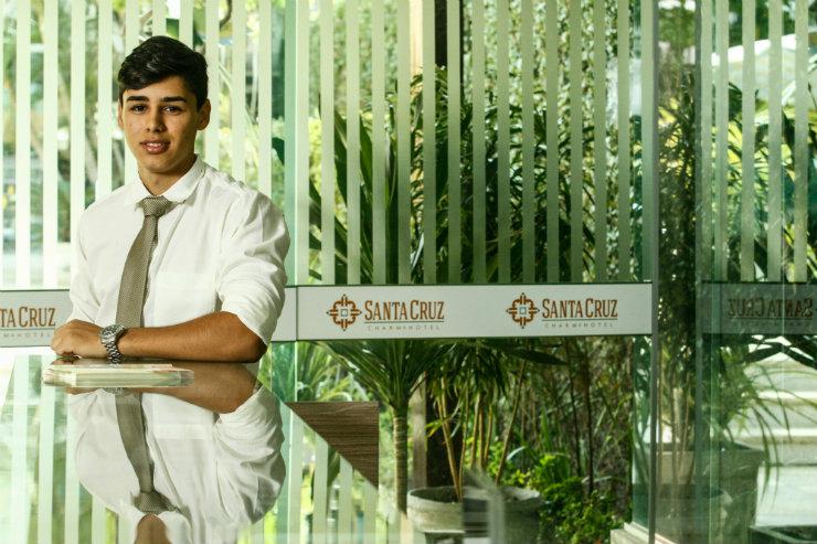 """Em Santa Cruz do Capibaribe, Ewerton Lira comemora o primeiro emprego com carteira assinada aos 18 anos: """"O curso técnico fez toda a diferença"""", avalia. Foto: Rafael Martins/DP"""
