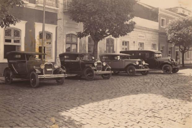 Rua da União, década de 1920, com carros possivelmente da polícia. Crédito: Apeje/Divulgação