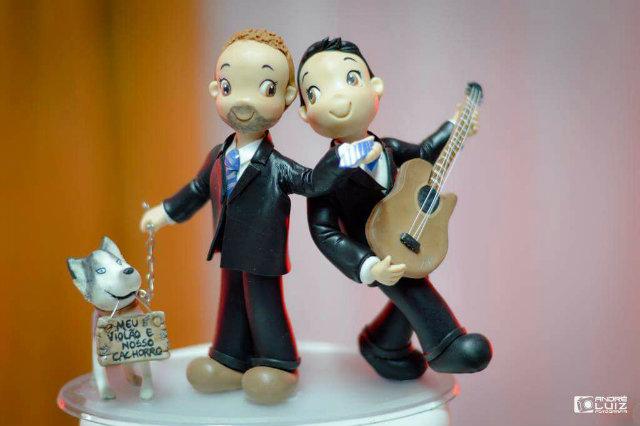 Bolo do casamento de Pedro e Renato, inspirado na canção Meu Violão e o Nosso Cachorro. Foto: Pedro Bezerra/Cortesia