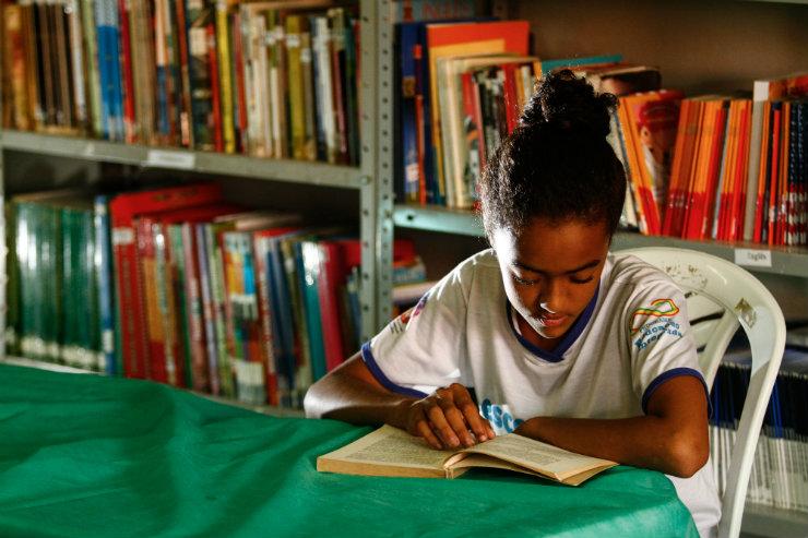 Suelayne Maria, 11 anos, vê no estudo uma chance concreta de construir o sonhado salão de beleza para sua mãe. Foto: Rafael Martins/DP