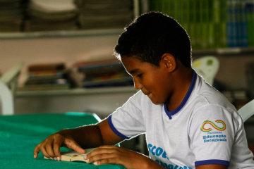 Henrique Marinho, 11 anos, trocou os pratos que voavam por brincadeiras de verdade. Ele também é líder de classe e ajuda a organizar os colegas na hora do almoço. Foto: Rafael Martins/DP