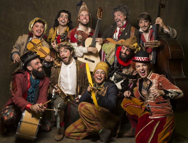 Espetáculo tem texto de Braulio Tavares e conta com dez atores no elenco. Foto: Silvana Marques/Divulgação