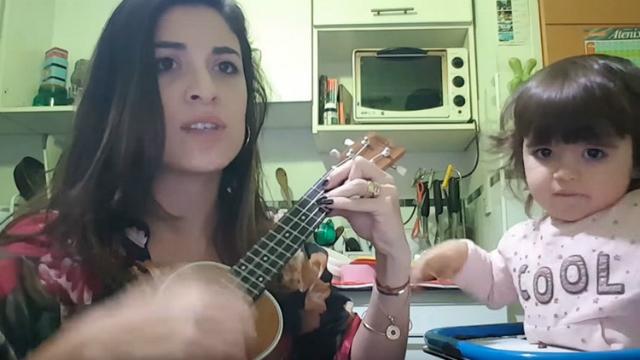 Acompanhada de sua filha, Natalia Maderna canta versão feminista de Despacito. Foto: Reprodução do Instagram.