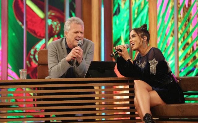 Anitta e Bial entoaram os versos da música Cruisin, em inglês. Foto: Gshow/Reprodução