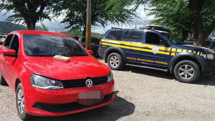 Carro estava com placa clonado e havia sido roubado em Pernambuco. Foto: PRF/Divulgação (Carro estava com placa clonado e havia sido roubado em Pernambuco. Foto: PRF/Divulgação)