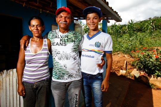 Família do agricultor recebeu ajuda dos vizinhos para se alimentar, mas agora ele não sente mais dores e já faz atividades leves. Foto: Rafael Martins/DP