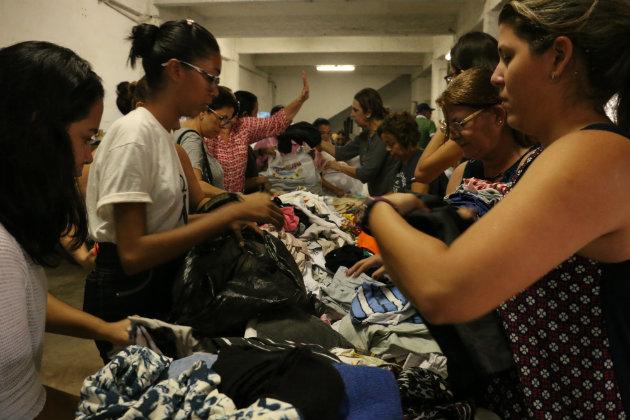 Voluntários se revezam na distribuição de donativos às vítimas das enchentes. Foto: Gabriel Melo/ Esp. DP