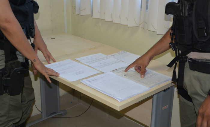 Os funcionários do INSS desconfiaram da certidão de nascimento, procuração e atestado médico apresentados e constataram falsificação. Foto: Divulgação/PF (Foto: Divulgação/PF)