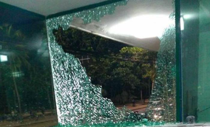 Hotel, restaurante, farmácia e dois condomínios residenciais foram alvo de vandalismo na Avenida Boa Viagem. Foto: Reprodução/ WhatsApp