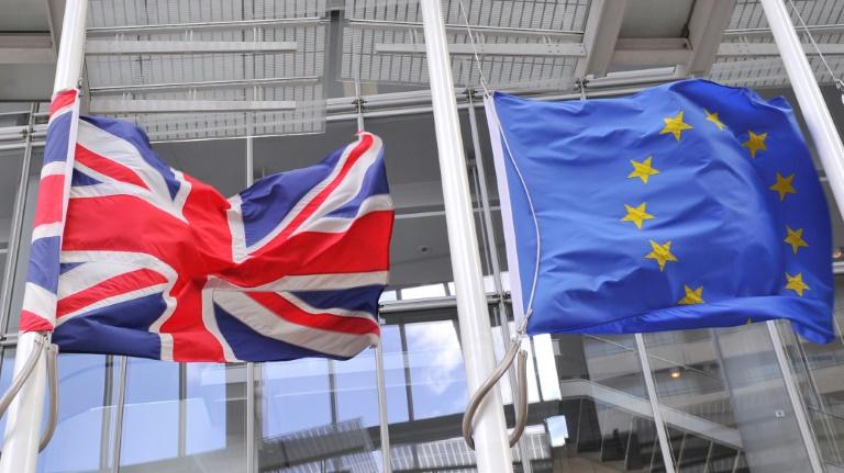 Apesar das divergências, os britânicos parecem ter aceitado a abordagem europeia, pois as negociações devem começar de acordo com a sequência definida pela UE. Foto: Daniel SORABJI/AFP