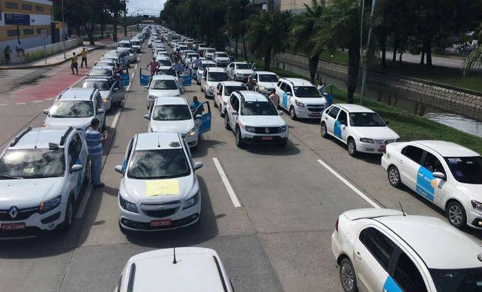 Carreata dos taxistas ocupa as quatro faixas da Agamenon Magalhães. Foto: Thalyta Tavares/ Esp. DP