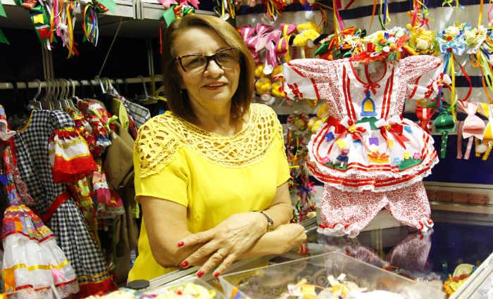 A artesã Fátima Santos vende seus produtos em um quiosque no Shopping Plaza. Crédito: Shilton Araújo/ Esp.DP