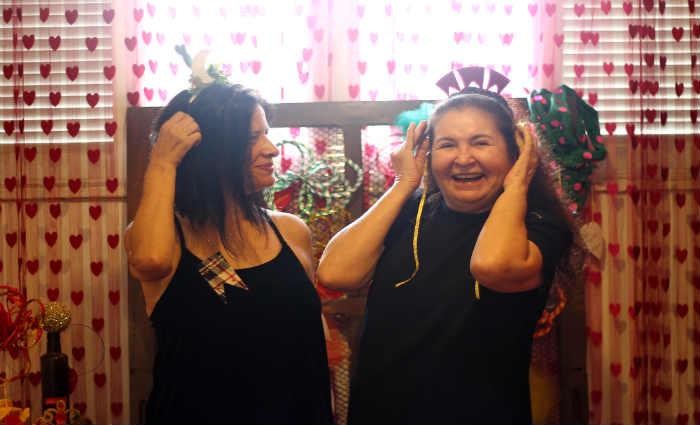 Carmela Bezerra e Lúcia Nunes são proprietárias de uma loja carnavalesca, mas investem no São João para manter o ateliê ativo. Crédito: Thalyta Tavares/Esp.DP