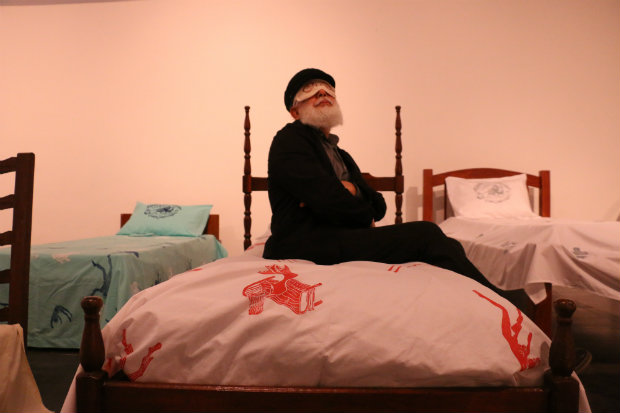 Daniel Santiago em meio às camas da instalação Um sonho de Ezra Pound. Crédito: Gabriel Melo/DP