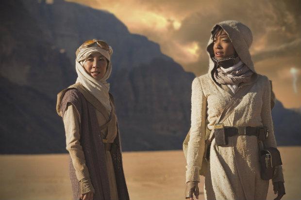 Capitã Philippa Georgiou (Michelle Yeoh) e a primeira oficial Michael Burnham (Sonequa Martin-Green) são protagonistas da nova série. Foto: CBS/Divulgação