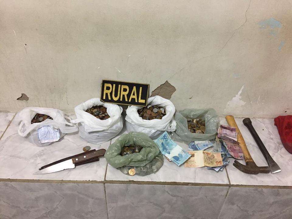 Adulto e adolescente estavam de posse de quatro sacolas com moedas, notas de R$ 2 e ainda uma marreta e uma ponteira. Foto: PM/ Divulgação