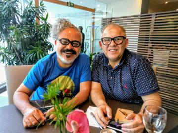 Fraga foi convidado por Lúcio Omena (à direita), presidente da Fundação de Cultura de Caruaru, para desenvolver a estampa. Foto: Lula Portela/Divulgação