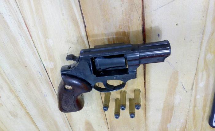 (Arma foi apreendida com cinco munições. Foto: Sindicato dos Agentes Penitenciários/Divulgação )