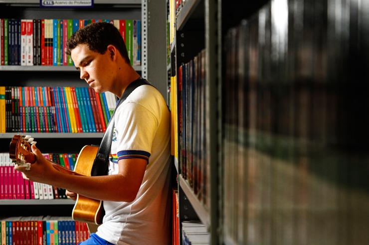 """""""O violão foi presente do meu irmão mais velho e não me separo dele para nada"""", diz Everson. Foto: Rafael Martins/DP (No Canadá, Everson teve as primeiras aulas formais de música e ganhou técnica e teoria com o instrumento. Foto: Rafael Martins/DP)"""