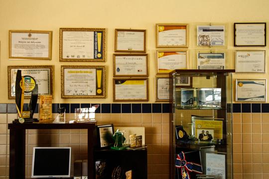 Certificados das conquistas da escola ficam exibidos na parede da instituição. Foto: Rafael Martins/DP