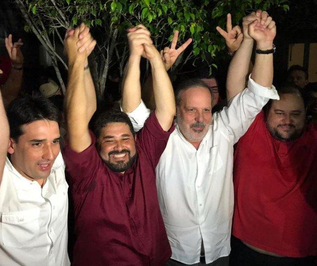 Hélio dos Terrenos (segundo da esquerda para a direita, na foto) comemora vitória ao lado de Armando Monteiro (PTB) e Silvio Costa Filho (PRB). Crédito: Samuel Andrade (Crédito: Samuel Andrade)