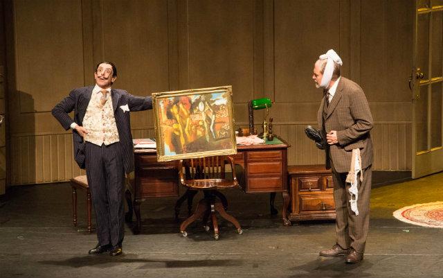 O espetáculo, estrelado por por Antonio Petrin e Cassio Scapin, narra o encontro entre o psicanalista Sigmund Freud e o pintor Salvador Dalí. Foto: Erik Almeida/Divulgação