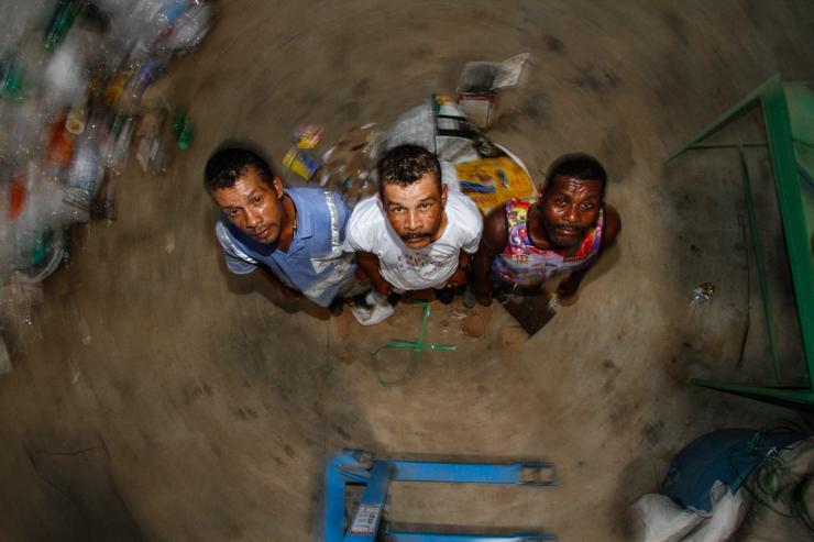 Os irmãos Josemir e Izaquiel, junto com João, reforçam a ideia que na cooperativa todos se ajudam na arrecadaçã. Foto: Rafael Martins/DP