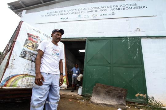 No centro de triagem da cidade, os catadores têm horários fixos para a coleta de lixo e precisam custear o abastecimento de água e eletricidade. Foto: Rafael Martins/DP