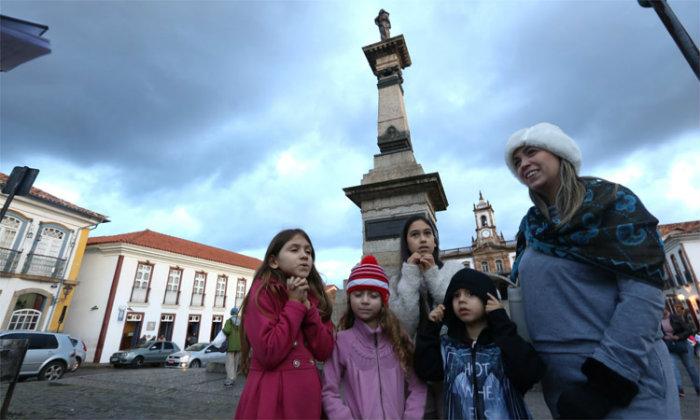 """""""Viemos de BH e estava frio. Mas aqui está ainda mais"""", Elisa Pereira, de 32 anos, com familiares em Ouro Preto. Foto: Jair Amaral/EM"""
