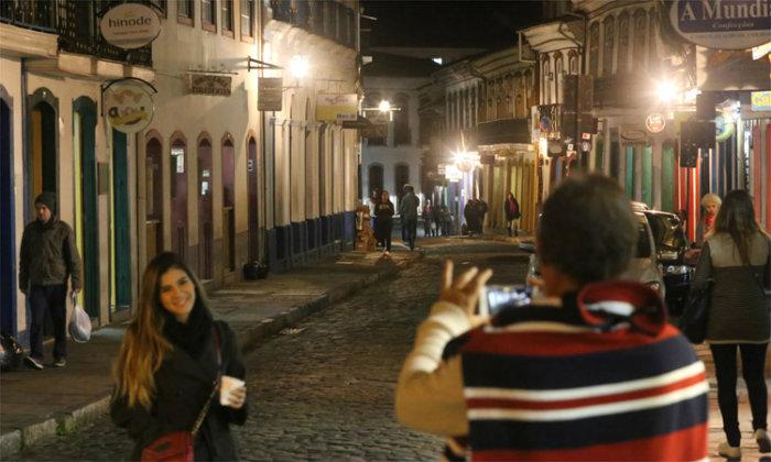 Ruas de pedra ficaram movimentadas com turistas , para alegria de comerciantes. Foto: Jair Amaral/EM