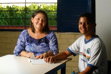O garoto ficou inseguro quando o embarque se aproximava, mas voltou da experiência mais maduro, segundo atesta Vânia Batista Barros, coordenadora da escola. Foto: Rafael Martins/DP