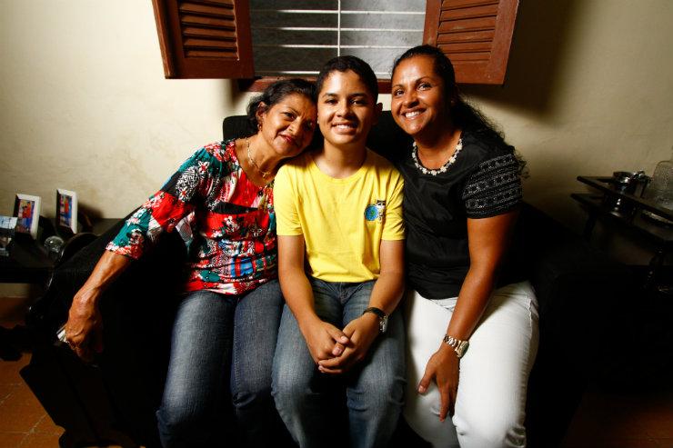 Antes da viagem, Luís ficou paralisado pela insegurança de se afastar da avó, Ana Lúcia (esquerda), e da mãe, Ana Carlota (direita). Foto: Rafael Martins/DP