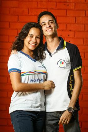 Sabrina da Silva Lima e Fernando do Nascimento Santos, ambos de 17 anos, fizeram intercâmbio no Canadá. Foto: Rafael Martins/DP