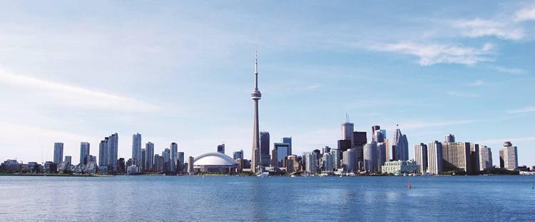 A CN Tower, de 553 metros de altura, é um ponto de observação mundialmente conhecido e a atração turística mais visitada do Canadá