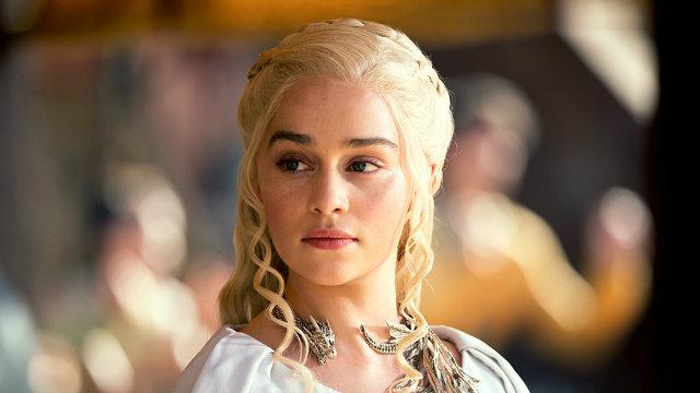 Como uma das últimas Targaryens vivas, Daenerys Targaryen é a única personagem que usa o dialeto da maneira como será ensinado. Foto: HBO/Divulgação