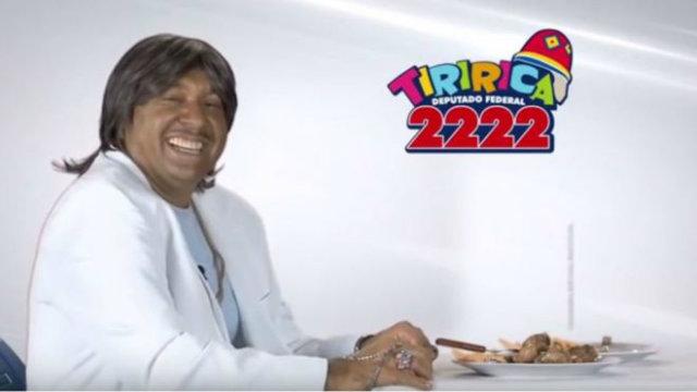 """No vídeo, Tiririca transforma o verso """"Eu voltei, agora para ficar"""" em """"Eu votei, de novo eu vou votar"""". Foto: YouTube/Reprodução"""