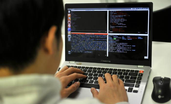 Para ter sucesso no mundo virtual, o primeiro passo é identificar qual é o grupo responsável pela violação das informações. Foto: JUNG YEON-JE / AFP PHOTO