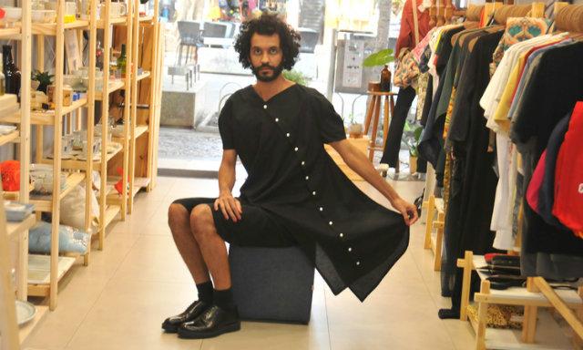 O designer de moda João Paulo Souza lança nesta semana a grife A João. Para ele, vestido é peça única e saia e bermuda, inferiores (Foto: Jair Amaral/EM/D.A Press)